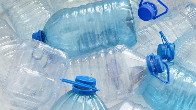 Mehrere leere Plastikflaschen auf einem Haufen