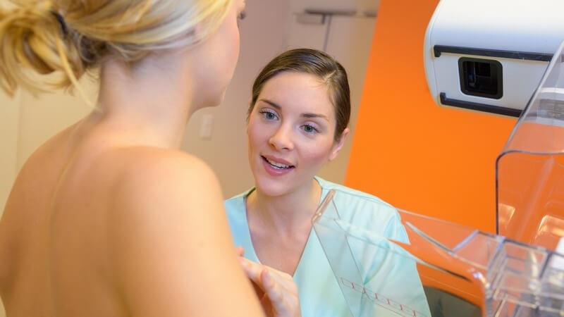Arzthelferin und junge blonde Frau bei einer Mammographie