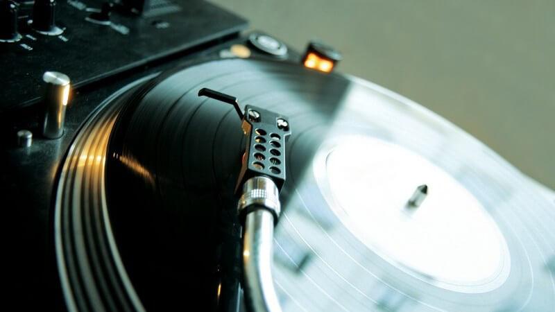 Nahaufnahme Plattenspieler eines DJs