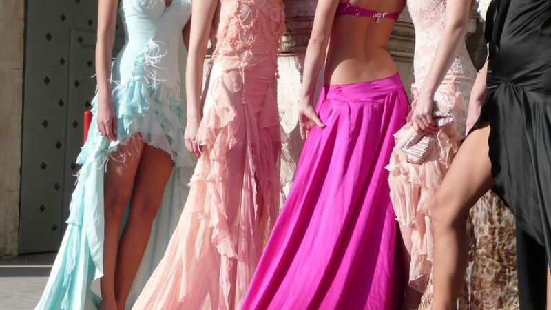 Fünf Models in ausgefallenen, schrillen Brautkleidern