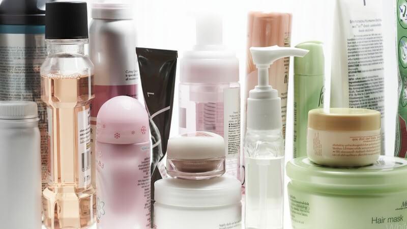 Sortiment an diversen Kosmetikartikeln wie Cremes, Reinigungsmilch etc.