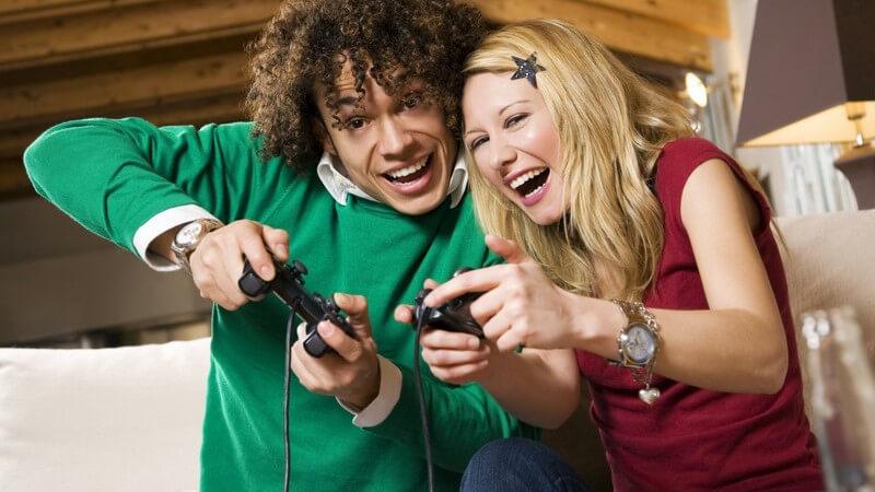 Junges Paar spielt mit der Spielkonsole