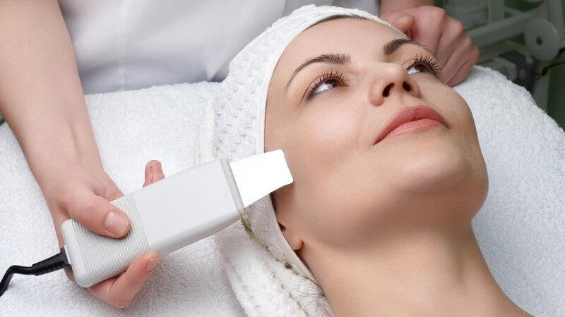 Gesicht einer Frau, sie bekommt mittels Gerät eine Gesichtsreinigung im Kosmetikstudio