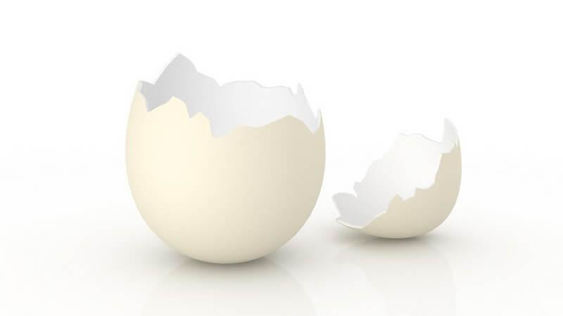 Aufgebrochene Eierschale auf weißem Hintergrund