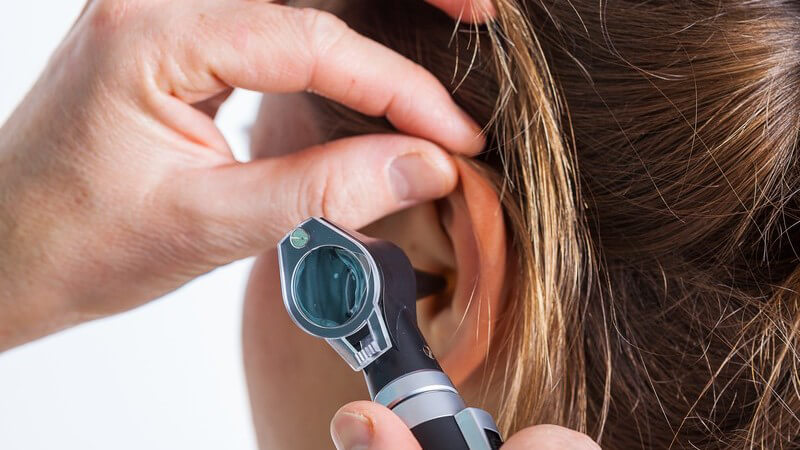 Beim Hals-Nasen-Ohren-Arzt: Ohruntersuchung bei einer Patientin