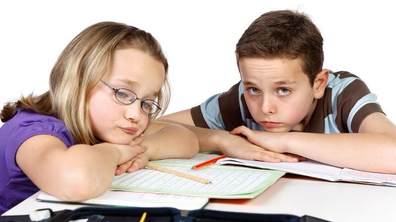 Junge und Mädchen haben keine Lust auf Hausaufgaben oder Lernen