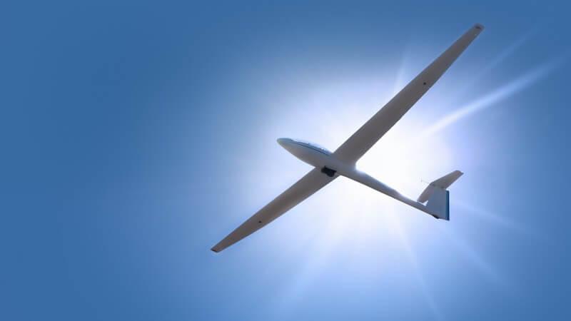 Segelflugzeug unter blauem Himmel, Sonne