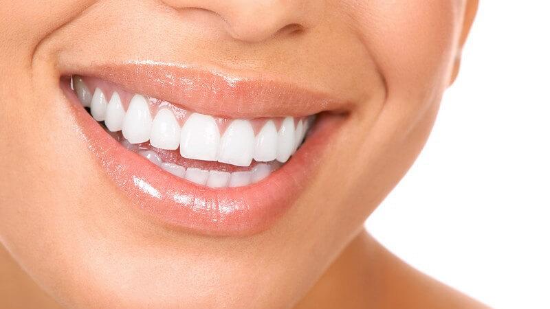 Weiblicher, lächelnder Mund mit sehr weißen Zähnen
