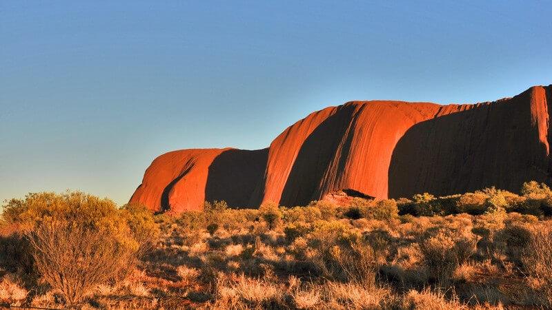 Ayers Rock in Australien unter blauem Himmel