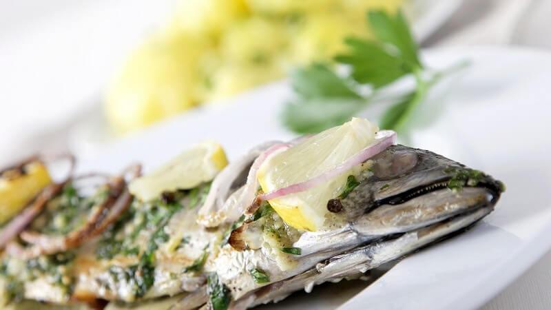 Nahaufnahme gegriller Fisch mit Kartoffeln