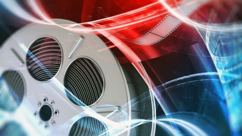 Filmrolle auf abstraktem rot-blauen Hintergrund