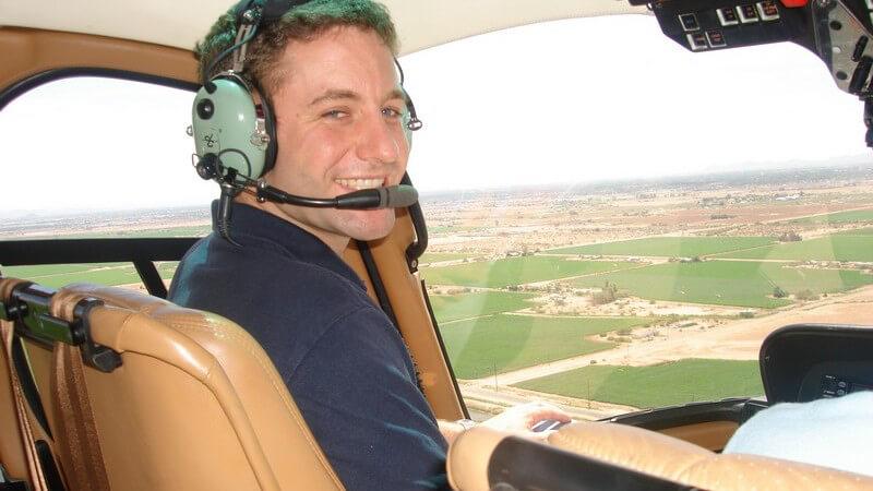 Rundflug: Pilot im Hubschrauber