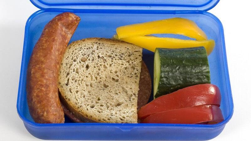 Tupperware Box mit Frühstücksbrot, Gurke, Paprika und Wurst