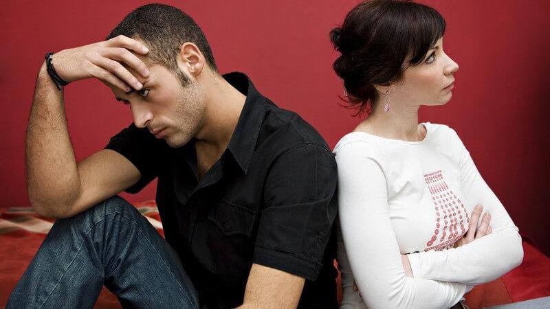 Junges Paar Rücken an Rücken bei Krise