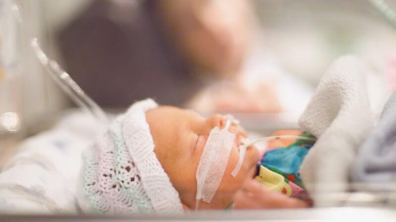 Frühchen auf Babystation im Krankenhaus