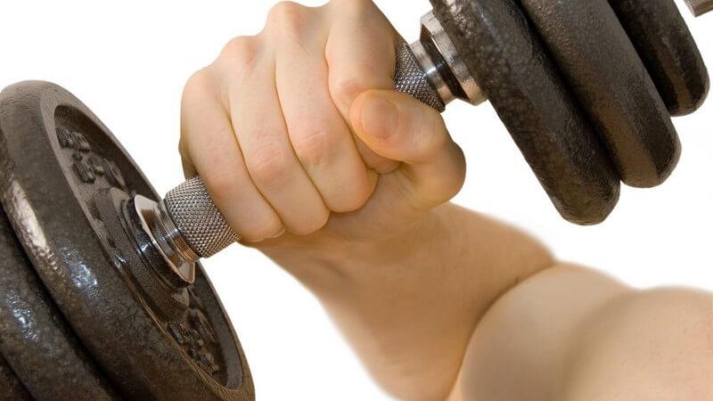 Gebeugter Arm mit dicker Kurzhantel