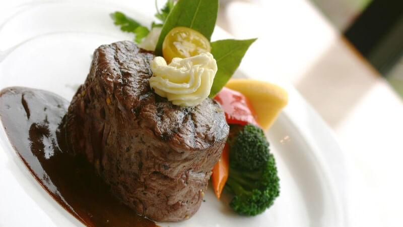 Steak mit Soße und Gemüse auf Teller