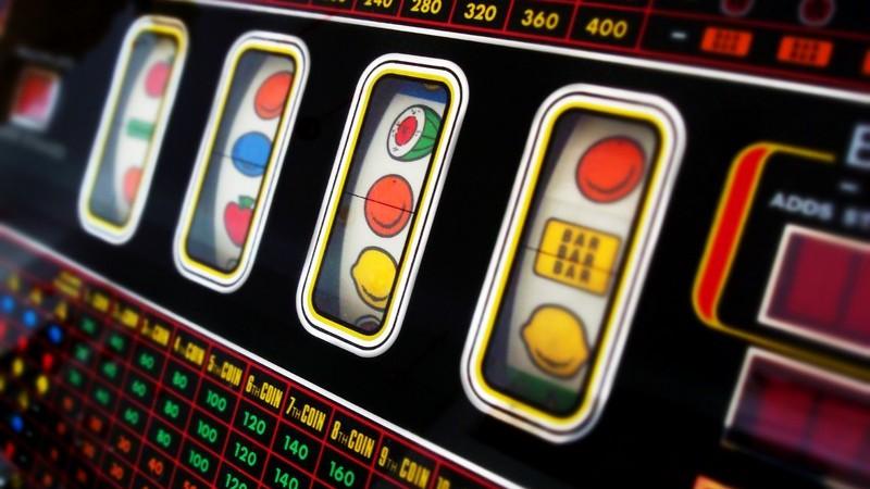 Schwarzer Spielautomat mit vielen bunten Anzeigeleuchten