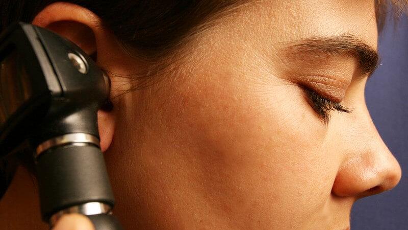 Ohruntersuchung bzw. Hörtest bei einer Frau