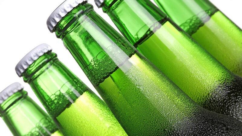 Nahaufnahme Flaschenhälse von kalten Bierflaschen