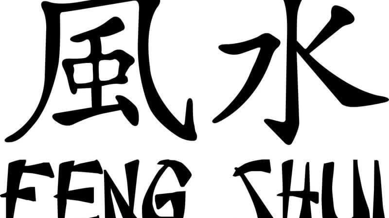 Chinesische Zeichen, darunter Feng Shui