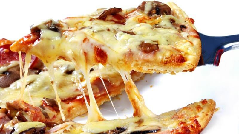 Nahaufnahme Stück Pizza wird serviert