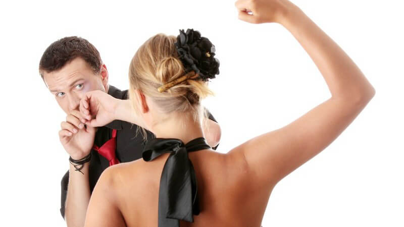 Junges Tanzpaar beim Streit, weißer Hintergrund