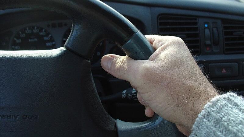 Verkehr - Rechte Hand am Lenkrad eines Autos
