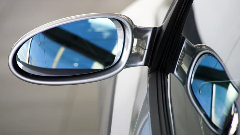 Nahaufnahme linker Seitenspiegel eines Autos