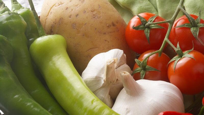 Nahaufnahmen frisches Gemüse: Tomaten, Knoblauch, Kartoffeln, Pepperoni, Bohnen