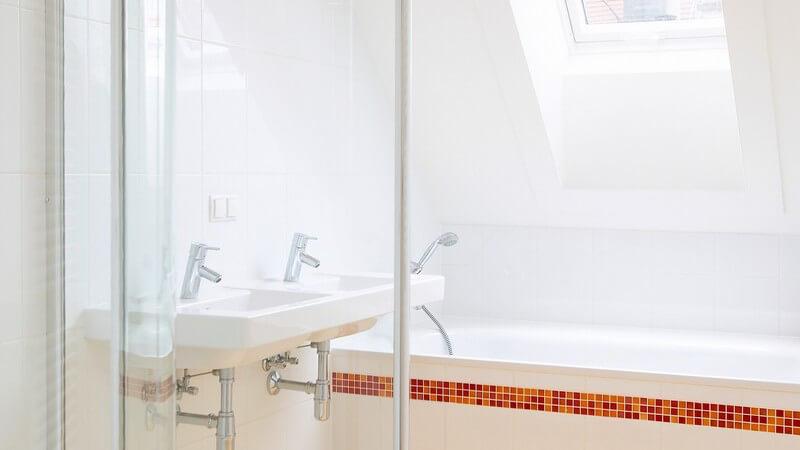 Modernes Badezimmer mit Badewanne und Dusche, Dachfenster
