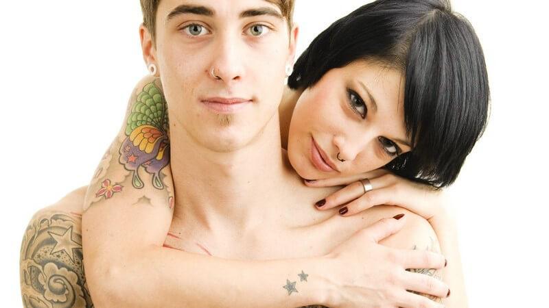 Junges Paar mit Piercings und vielen Tattoos