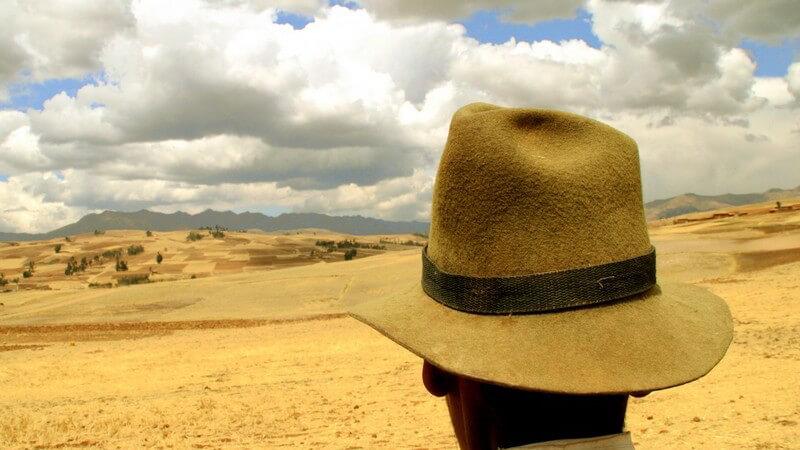 Rückansicht Kopf eines Mannes mit Hut in den Anden