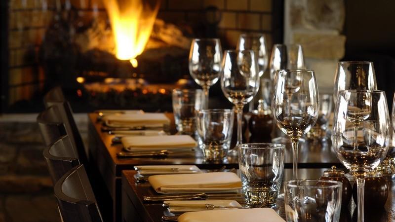 Edel gedeckter Tisch im Restaurant neben Kaminfeuer