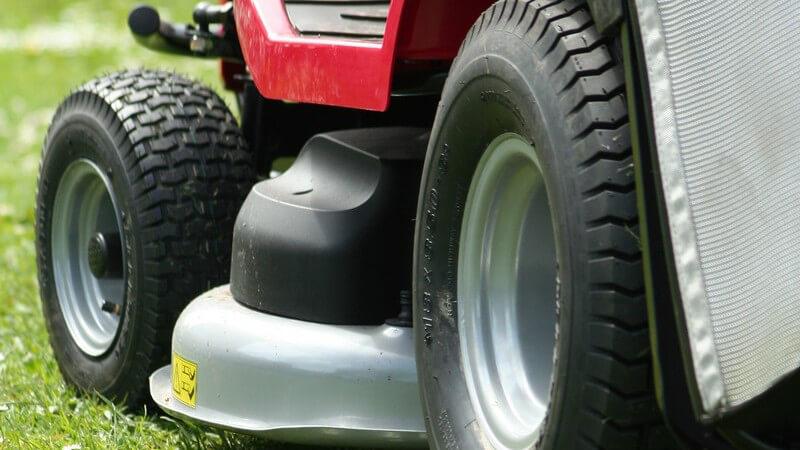 Nahaufnahme elektrischer Rasenmäher auf Rasen