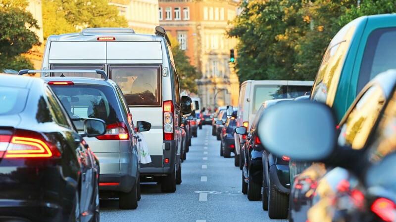 Stau im Straßenverkehr einer Stadt, Autoschlange im Berufsverkehr