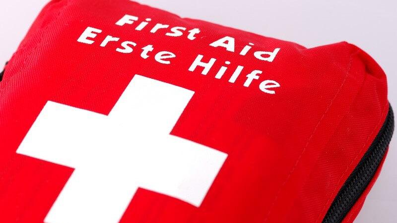 Nahaufnahme rote Erste Hilfe Tasche mit weißem Kreuz