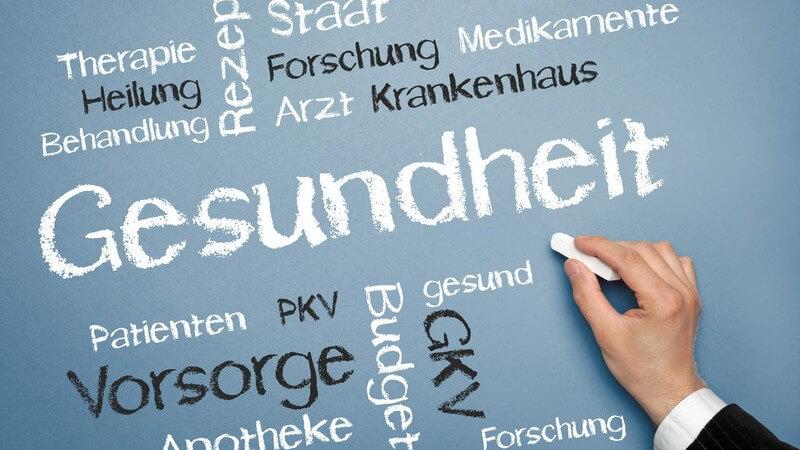 Gesundheit, Vorsorge, Behandlung: Männerhand schreibt mit Kreide Begriffe auf Tafel