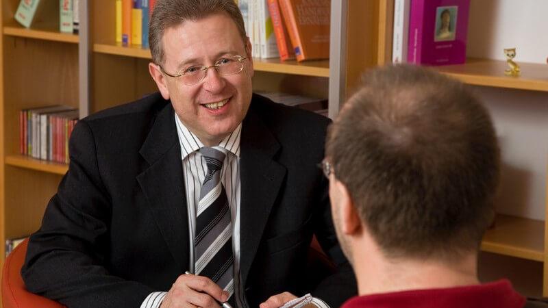 Psychologe mit Patient im Behandlungszimmer