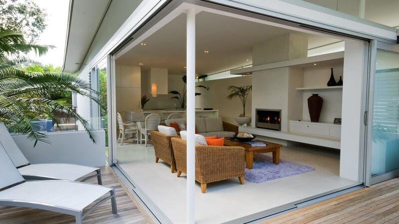 Einsicht von Terrasse in modernes Designer Wohnzimmer