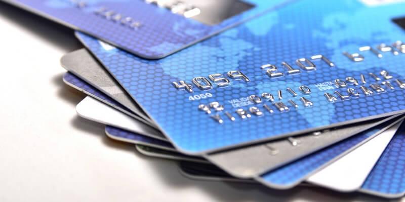 Haufen mit mehreren Kreditkarten, die meisten sind blau