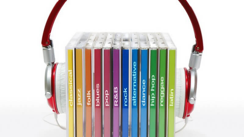 Kopfhörer um mehrere CDs gespannt, weißer Hintergrund