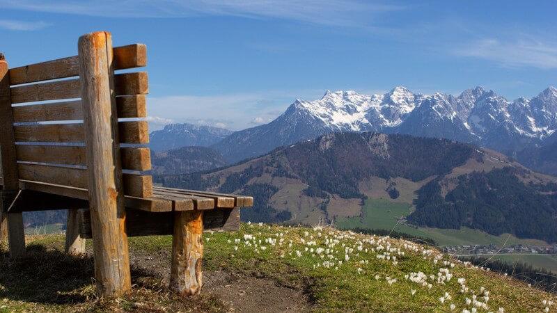 Bank mit Aussicht auf Berglandschaft