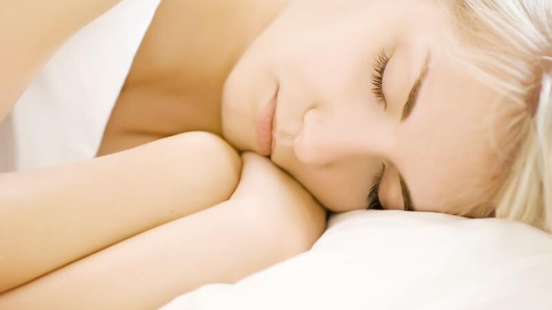 Nahaufnahme junge blonde Frau im Bett schläft
