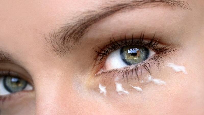 Linkes Frauenauge, darunter Augencreme