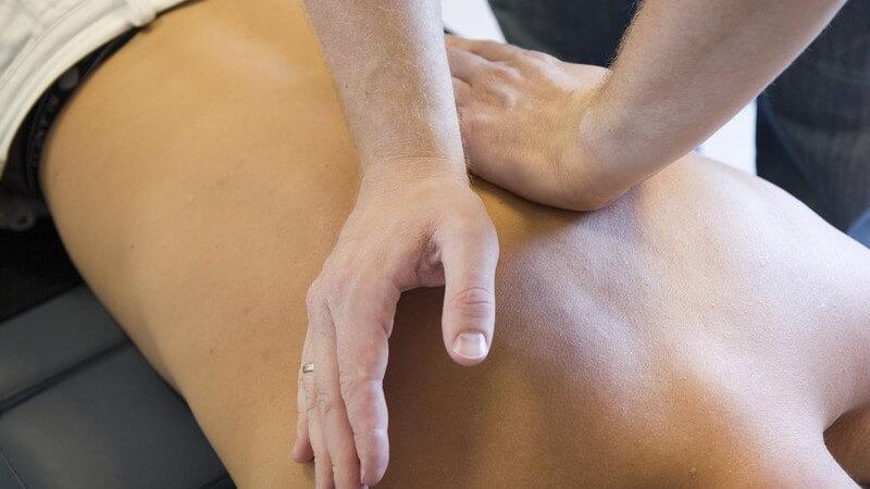 Massage eines nackten Rückens