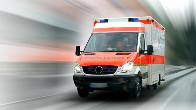 Krankenwagen von vorne auf verschwommenem Hintergrund