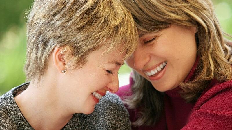 Zwei lachende Frauen nah beieinander