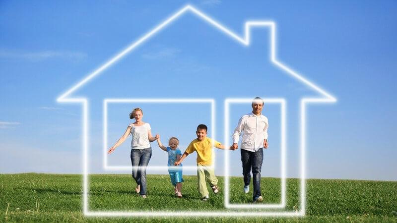 Grafik Bearbeitetes Bild Familie auf Wiese mit imaginärem Haus oder Eigenheim