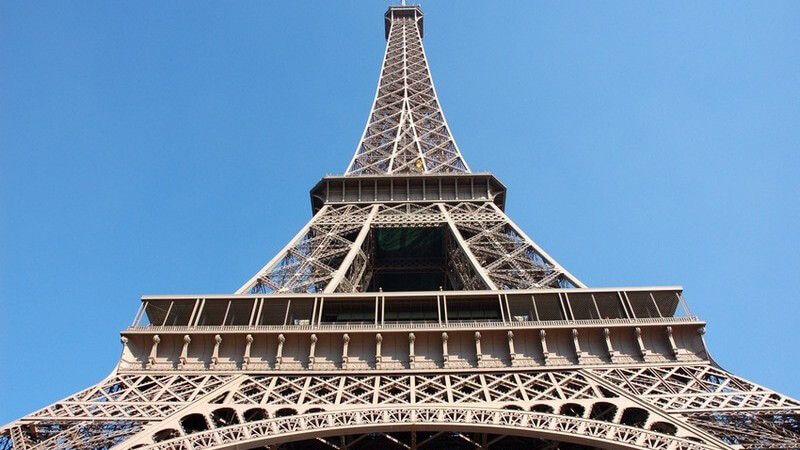 Pariser Eifelturm von unten fotografiert, blauer Himmel